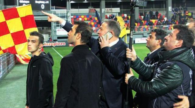Emniyet müdürü sahaya girip Göztepe taraftarını gözaltına aldırdı