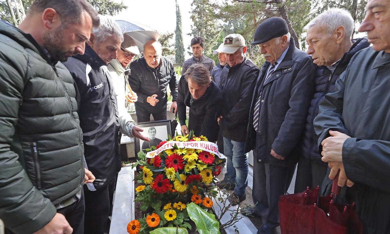Ali Artuner'i Mezarı Başında Andık