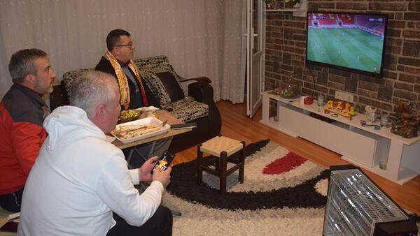 Göztepe'de Corona virüsü sebebiyle maçı evde izlediler: İnşallah bu beladan kurtuluruz